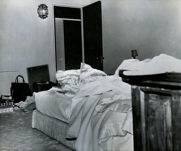 Marilyn-Monroes-bedroom-the-day-she-died.jpg